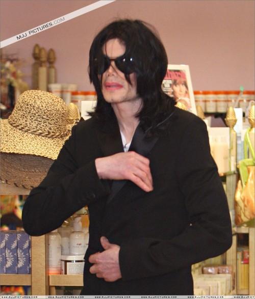 MichaelshoppinginBeverlyHills2008209.jpg
