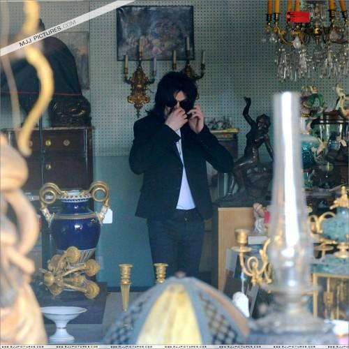 MichaelshoppinginBeverlyHills2008219.jpg