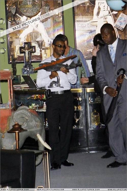 MichaelshoppinginBeverlyHills2008270.jpg