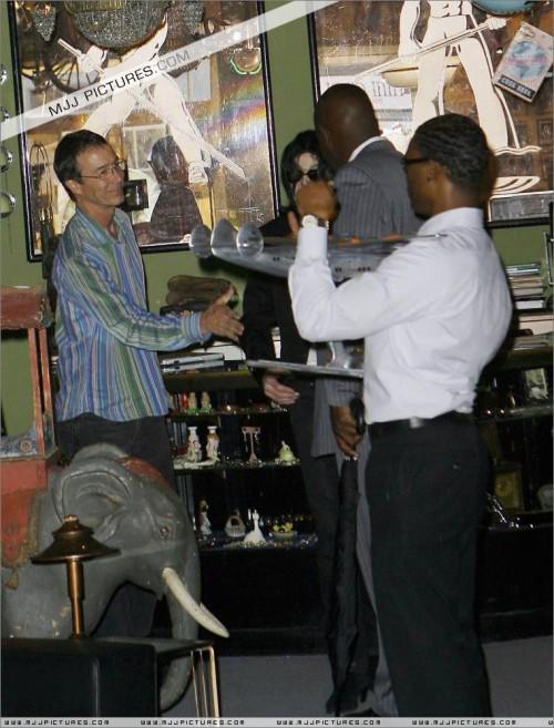 MichaelshoppinginBeverlyHills2008272.jpg