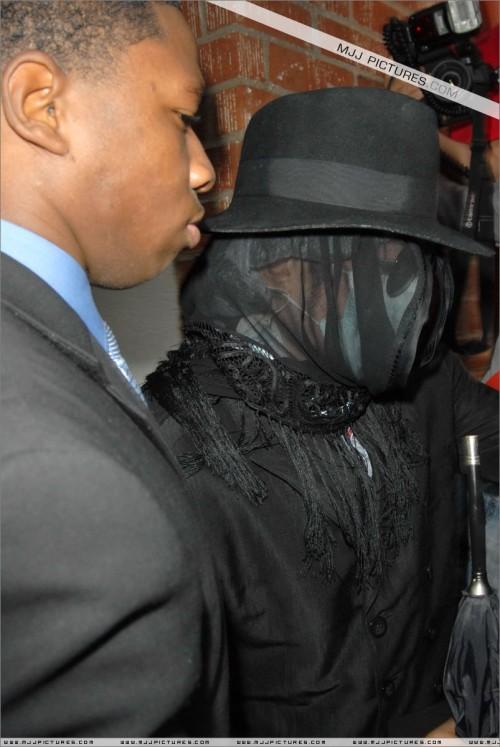 MichaelvisitsdoctorinBeverlyHills200810.jpg